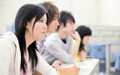 勉強する学生達